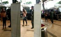 Heboh Video Wanita Telanjang Dada Berjalan di Mall