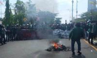 Mahasiswa di Makassar Tutup Jalan & Bakar Ban Tolak Pengesahan RUU