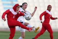 Toleransi di Sepakbola Wanita, 5 Pemain Lindungi Jilbab Lawan yang Terlepas