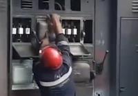 Video Seorang Pria Selamat saat Panel Listrik Meledak