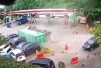 Truk Kontainer Terguling Tabrak Sejumlah Mobil di Rest Area Tol Cipularang