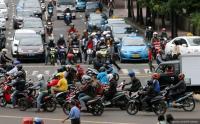 Viral Pria Kendarai Motor Pakai Kaki, Ditegur Malah Kasih Salam