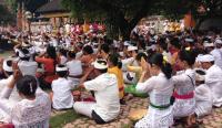 Hari Raya Galungan, Anak Muda Padati Pura untuk Sembahyang