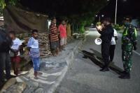 Tim Patroli Gabungan Bubarkan Kerumunan Pemuda <i>Nongkrong</i>