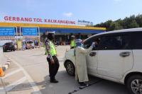 Antisipasi Pemudik Tanpa SIKM, Polda Jateng Sekat Tol Semarang Arah Jakarta