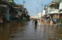 Ratusan Rumah di Lamongan Terendam Banjir, Khofifah Kirim 1.000 Paket Sembako