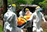 Kenakan APD, Petugas Evakuasi Mayat Pria dari Kos-Kosan