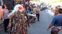 Unik, Polisi Gelar Atraksi Celuluk untuk Sosialisasi New Normal di Bali