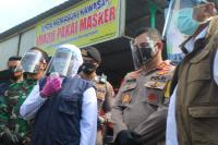 Pantau Pasar di Gresik, Khofifah: Pembeli Pakai Masker, Penjual Pakai <i>Face Shield</i>
