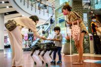 Anjing Robot Berikan <i>Hand Sanitizer</i> pada Pengunjung Mal di Thailand
