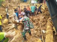 Perjuangan TNI Evakuasi Korban Longsor Kotabaru, Naik Gunung hingga Lewati Jurang