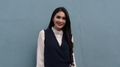 Sandra Dewi Bebaskan Anak Bermain di Tanah hingga Kotor