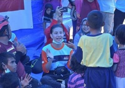 5 Penampilan Cantik Awkarin Tanpa Make-Up saat Jadi Relawan Gempa di Palu