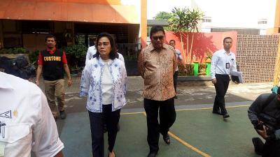 Pakai Batik, Ini Aksi Sri Mulyani Mengajar di SDN Kenari 7