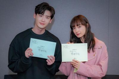 Lee Jong Suk dan Lee Na Young Rampungkan Pembacaan Naskah Romance Supplement