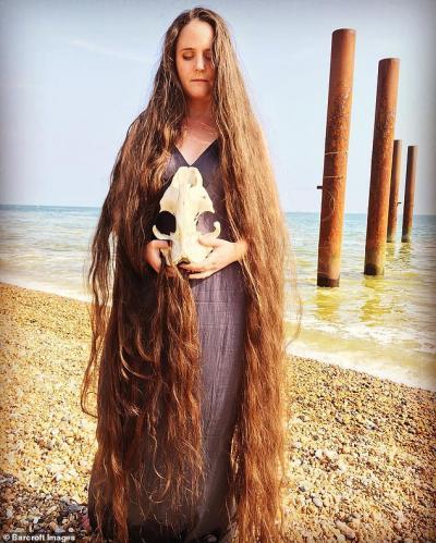 Miliki Rambut Sepanjang Hampir 2 Meter, Wanita Ini Akui Tidak Pernah Mencuci Rambut Selama 20 Tahun!