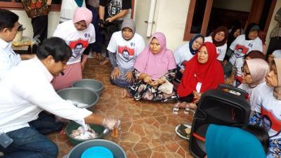 Puluhan Ibu-Ibu Ikuti Kelas Memasak Bersama Caleg Perindo di Bekasi