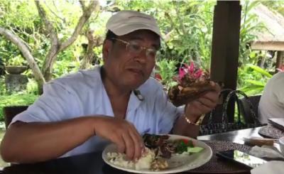Lihat 5 Gaya Kulineran Hotman Paris, Netizen: Horang Kaya Mah Bebas