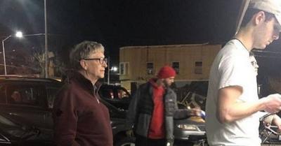 Foto Bill Gates Antre Beli Burger Jadi Viral
