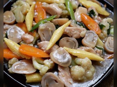 Sajian Tumis Peda Jagung dan Ayam Cah Jamur, Makan Siang Sedap!