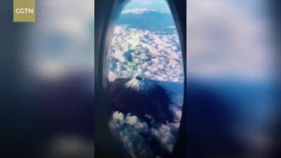 Tren Pura-Pura Liburan di Atas Pesawat Ramaikan Netizen, Lihat Kenyataanya Sedih Banget!