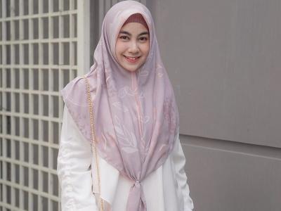 5 Potret Anisa Rahma Bergaya dengan Gamis Syar'i, Cantiknya Tak Pudar
