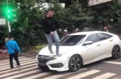 Viral Pria Injak Mobil yang Halangi Jalur Pejalan Kaki