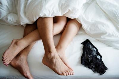 Usai Berhubungan Seks, Baiknya Tidur Pakai Celana Dalam atau Tidak?