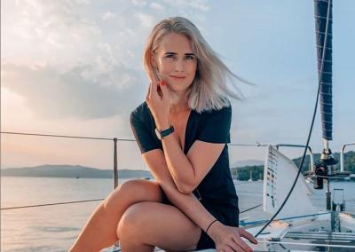 5 Gaya Berbusana Maria, Pilot Cantik yang Hobi Bertualang