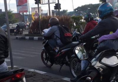 Viral Siswa SMA Belajar Sambil Nunggu Lampu Merah di Bandung