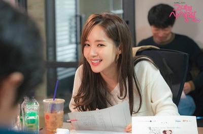 Tampilan Profesional Park Min Young dalam Stills Perdana Her Private Life