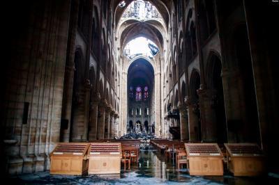 Warga Paris dan Wisatawan Berbondong-bondong ke Notre Dame