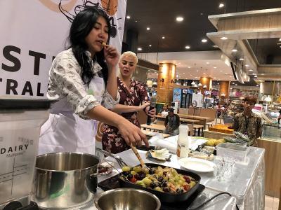 Masak Daging Steak dengan Saus Buah, Ini Keseruan Masak Bareng Chef Vania Wibisono