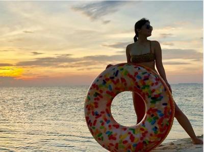 Gaya Aduhai Pramugari Marcelina Angela Berbikini di Pantai