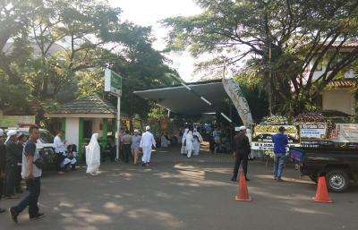 Tunggu Kedatangan Jenazah Ustadz Arifin Ilham, Pelayat Lantunkan Ayat Alquran