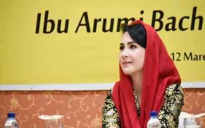 Arumi Bachsin Wisuda, Netizen Gemas dengan Gaya Jilbabnya