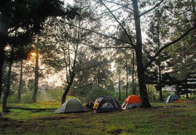 Menilik Spot Camping Favorit Anak Muda, Lengkap dengan Air Terjun Tersembunyi
