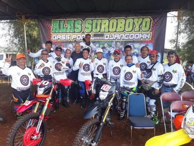 Komunitas Motocross Mantan Pembalap Uji Ketangguhan di Trek Tanah