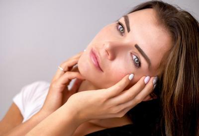 Tak Perlu ke Salon, Kamu Bisa Perawatan Peeling Wajah di Rumah