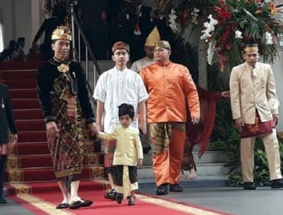 Upacara HUT Ke-74 RI, Gaya Keluarga Jokowi Pakai Busana Adat Bali, Jan Ethes Paling Gemesin!