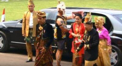 HUT Ke-74 RI, Temani Jokowi Iriana Pakai Busana Adat Tapanuli Utara Merah