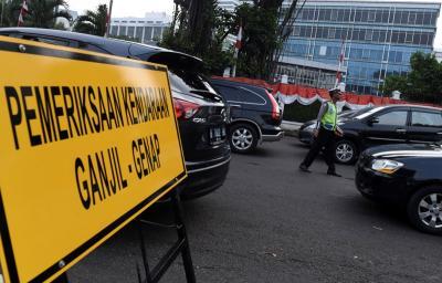 Fakta di Balik Ganjil Genap Bikin Pendapatan Taksi Online Turun