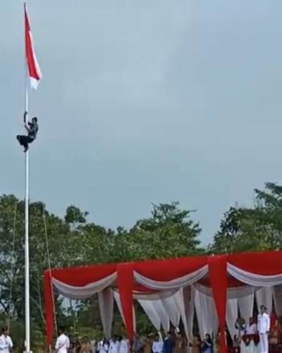 Tali Tersangkut, Warga Panjat Tiang Bendera saat Upacara HUT RI