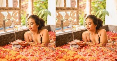 Tak Cuma Makan Pisang, Intip Gaya Seksi Vanessa Angel Mandi Kembang