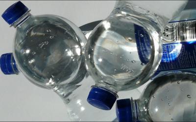 Waspada, Ini 4 Bahaya Minum Air dari Botol Plastik Berulang Kali!
