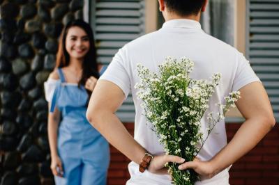 4 Zodiak Paling Romantis Suka Kasih Bunga ke Pasangan, So Sweet!