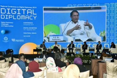 Diplomat Juga Harus Gaul di Media Sosial