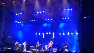Batal Beri Kejutan, Payung Teduh Tetap Hibur Penonton Balkon Jazz Festival