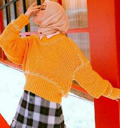 4 Outfit Sweater dengan Hijab ala Tantri Namirah agar Kamu Tampak Kece!