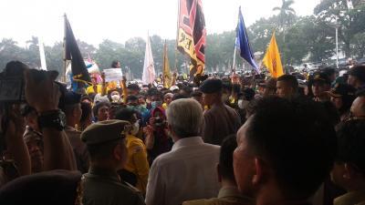 Ribuan Massa Demo Kabut Asap di Palembang Ricuh